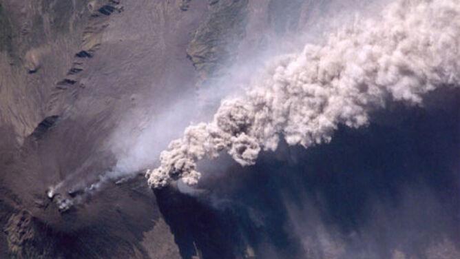 Etna wypluła lawę, żużel i bomby wulkaniczne