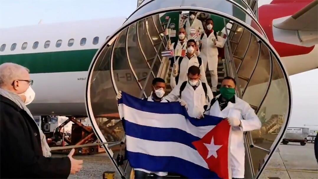 Medycy z Kuby będą pomagać we Włoszech. Ambasador przywitał ich łokciem