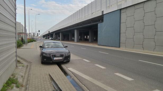 Samochód stoi na przystanku Lech Marcinczak / tvnwarszawa.pl