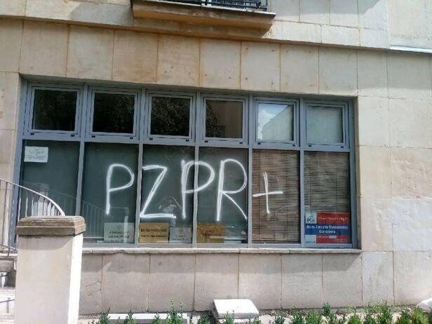 Napis na siedzibie przy Koszykowej Warszawski PiS