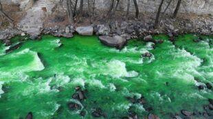 Rzeka zmieniła kolor. Władze się tłumaczą