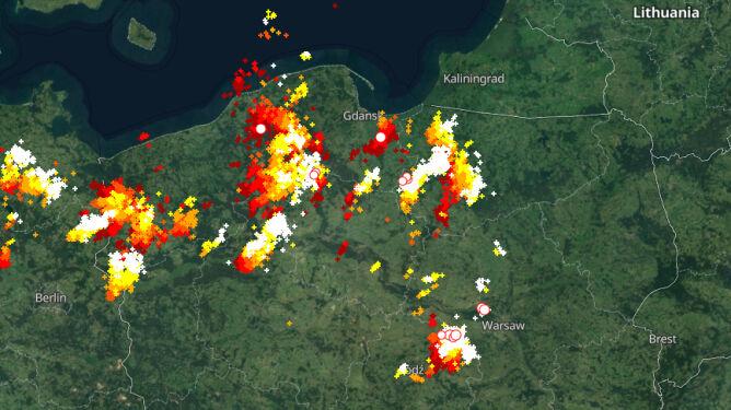 Wyładowania atmosferyczne oznaczono plusami (blitzortung.org)